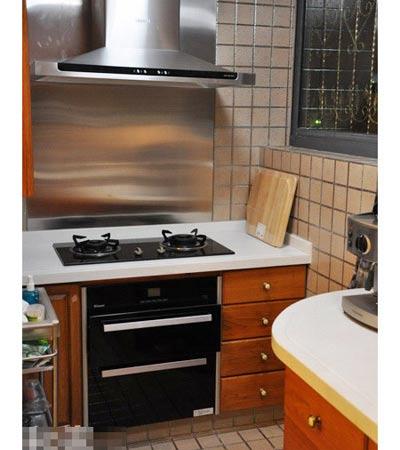 復式樓設計效果圖:中式廚房灶臺處,老板牌的油煙機套餐.