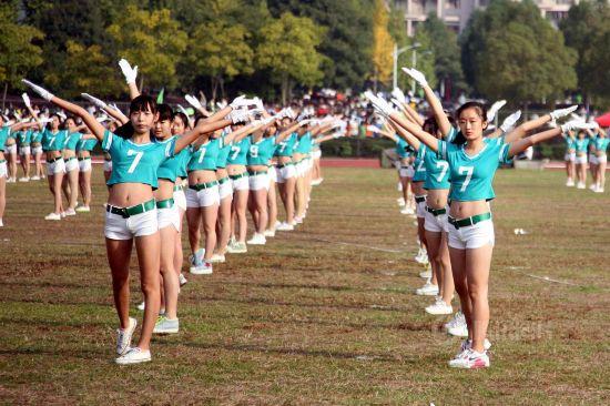 浙江大学生穿热裤露脐装做广播操