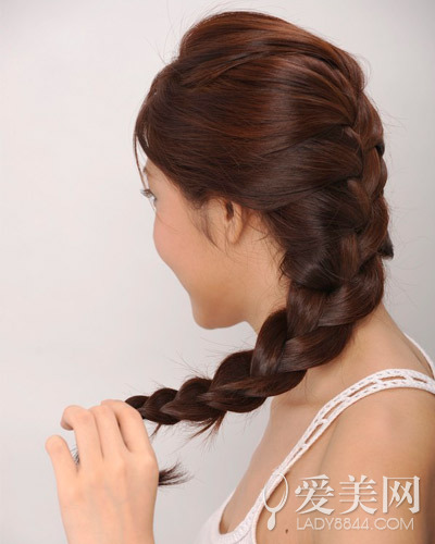 简单的4个步骤就可以将蓬松的长发编成优雅的侧发髻,mm们有木有图片