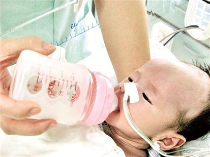 宝宝小心脏受不了图片_幼小身躯顽强生命 婴儿出生28天后心脏成功\