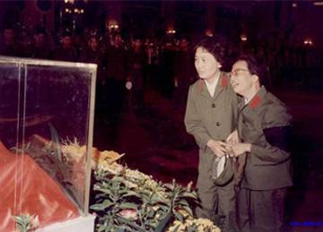 1976年9月9日毛泽东逝世以后全党、全军、全国人民顿时陷...