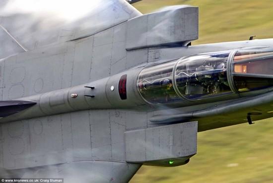 英国夫妇散步遇轰炸机玩低飞 与飞行员亲密接触