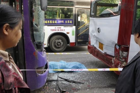 安大庆路潘家村公交站,追尾事故造成一名男子不幸身亡,令人唏嘘.高清图片