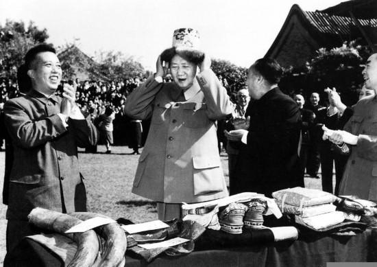 1956年,毛泽东接受少数民族代表献礼。