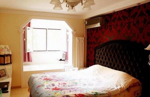 小房间效果图:简单装修的一款小户型卧室,深色背景墙是亮点.