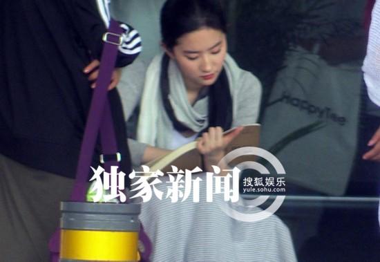 刘亦菲宋承宪拍吻戏 纸扇挡光围巾蒙面展复古韵味