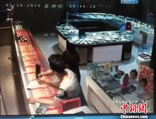 六旬广场舞大妈徒手生擒持刀抢金店劫匪(图)