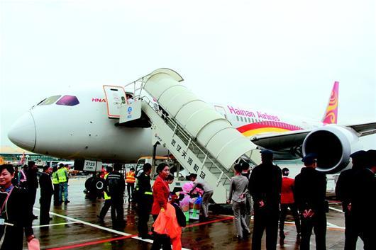 图为:在停机坪上,这架波音787宽体客机显得格外敦实.