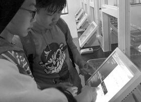 11月1日,明德华兴中学,学生正用电子菜单点菜。图/受访者提供