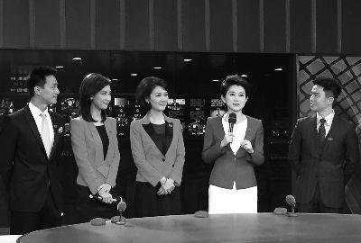 邬晔纬(左一)、李杨薇(左二)、陆放(右二)、孙扬(右一)和老主播聂一菁(中)