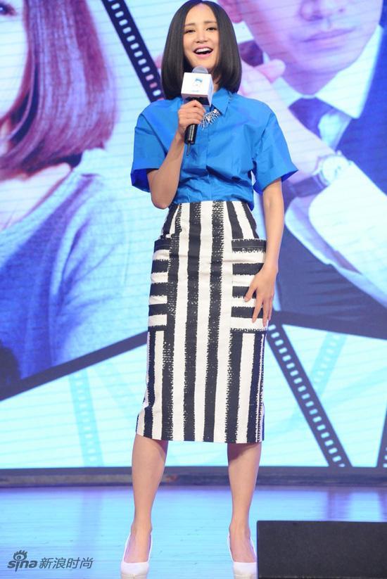 蓝色短袖衬衣搭配黑白条纹裙-张歆艺杨树鹏离婚 回顾 二姐 精干衣品