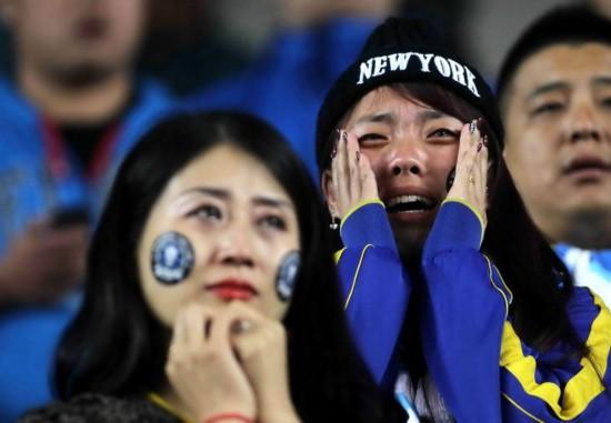 大连球迷现场难过流泪