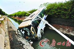 机场大巴撞扁小车冲落河