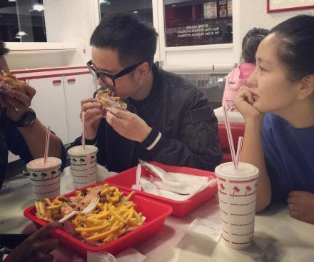何洁减肥只能看不能吃 盯着朋友享受汉堡薯条