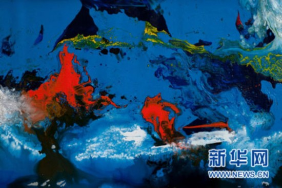 """著名华人艺术家曹俊的画作《寻梦空间》搭载中国探月工程三期再入返回飞行试验返回器,实现了""""地月往返""""。新华网发"""