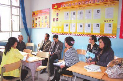 援疆教师在一起进行教学讨论