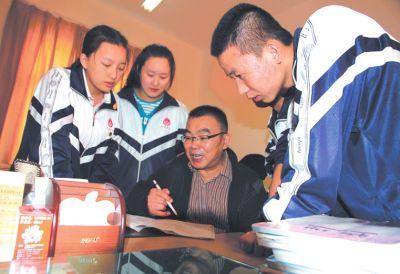 余国庆老师在对学生进行指导