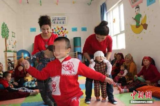 新疆喀什市多來特巴格鄉塔吾古孜村25歲大學生村官阿依努爾,2013年創辦了母親之家腦癱兒童康復訓練班,利用業余時間義務為腦癱兒童做康復訓練,現在已接收了22個。據了解,該鄉共有腦癱兒童100余。張勝開 攝