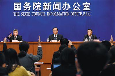 昨日,司法部副部长张苏军(中)在答记者问。当日,张苏军在国新办新闻发布会上介绍司法改革等相关情况。新华社记者