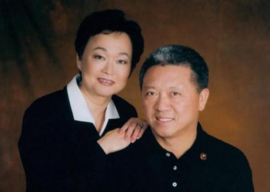 程正昌和蒋佩琪夫妇 净资产:28亿美元 程正昌生于中国,蒋佩琪生于缅甸,这对夫妇在堪萨斯州鲍尔温市的贝克大学相识,然后共同进入密苏里大学学习,在这里程正昌获得了应用数学硕士学位,蒋佩琪获得了电气工程博士学位。1973年,程正昌和他当厨师的父亲开设了坐席餐厅聚丰园,10年后,蒋佩琪放弃了自己的软件开发工作(3M和麦道公司),帮助程正昌一起经营餐饮业,他俩在洛杉矶县第二大商场开设了他们的第一家熊猫快餐店。今天,这对夫妇运营的中式快餐企业拥有约1,700家餐厅。