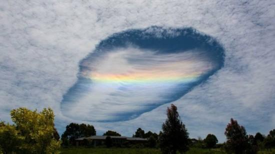 """澳大利亚天空出现神秘""""天漏""""系穿洞云奇景"""