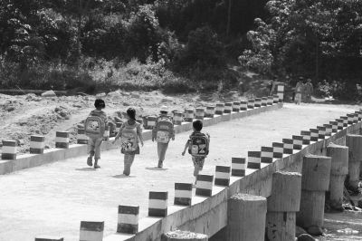 桥上没有护栏隐患重重 别让便民桥成寒心桥