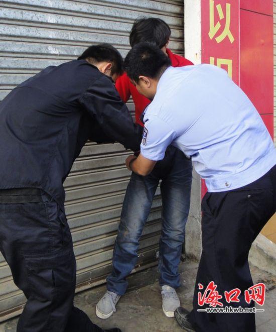 男子骑车倒地后掏斧头狂砸车疑因受到刺激警方批评教育