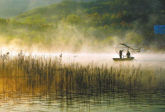 淮安盱眙天泉湖上现云雾 舟行其上如入仙境