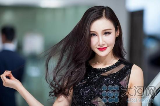 郑州国际车展火热进行中 美女车模最爱河宝娃
