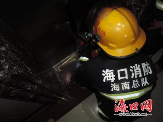 海经院断电多人被困电梯 消防官兵紧急援救