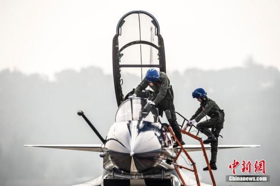 首批歼击机女飞行员亮相珠海航展(组图)