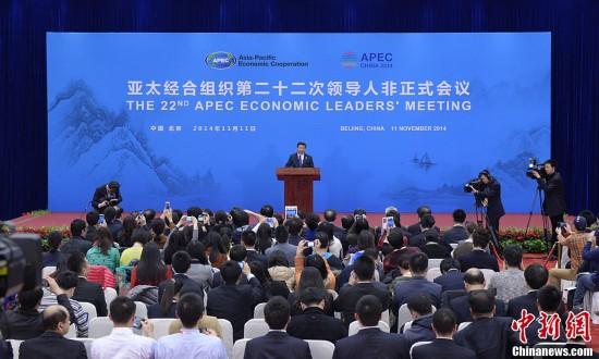 中国国家主席习近平出席2014年亚太经合组织(APEC)领导人非正图片