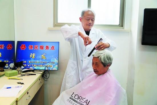 静安社区理发达人:为老人理发是我的乐趣图片