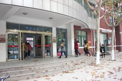商丘学院10号宿舍楼门口-河南商丘学院开除当众求爱男生 当事女生 他
