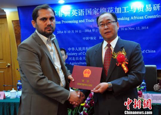 中国政府援助24名外国官员在河北高校研修结业