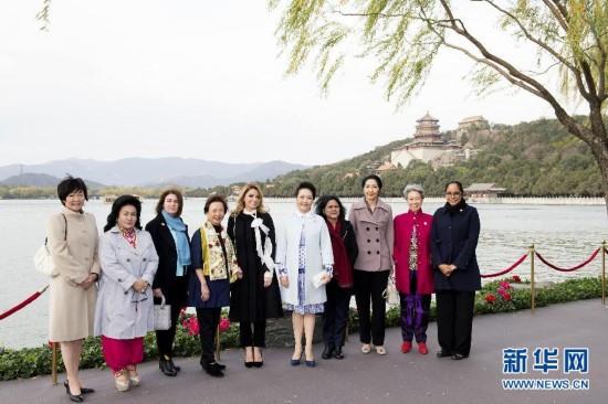 国家主席习近平夫人彭丽媛邀请来华出席2014年亚太经合组织领导人图片