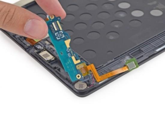 从拆解图中看出它与振动马达相连,因此也是马达的供电板.此外,位图片