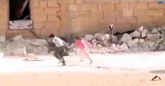 实拍叙8岁男童冒死解救身陷枪林弹雨的女童