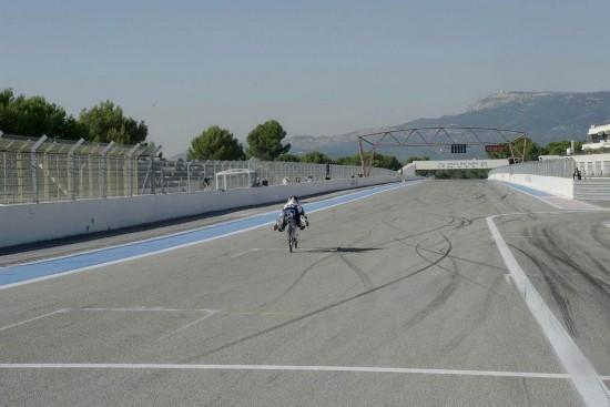 火箭自行车 时速达到333公里 完胜法拉利赛车 组图 高清图片