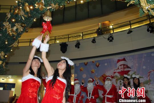 天津水游城举行圣诞点灯仪式慈善捐赠助儿童