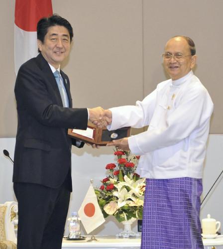 安倍访东盟再撒金元 援助缅甸菲律宾基建