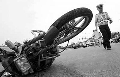 一对夫妻骑摩托被撞身亡 肇事司机逃离现场