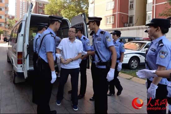 """8月14日,网民""""立二拆四""""下囚车被押送至法院受审"""