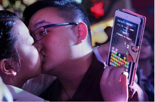 """014年10月18日,浙江金华市第一百货商场举办接吻大挑战,40多对年轻人为争夺苹果6奖励,在大庭广众之下""""亲""""得难分难舍,甚至还有陌生男女现场""""速配"""",引来围观者惊呼。不过参赛者表示结果并不重要,享受的是表达的过程。经过52分钟的比拼,决出了冠军,坚持到最后的获胜情侣最终累瘫在红地毯上。"""