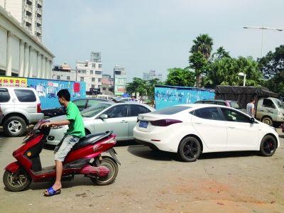海口:市场旁断头路上车辆乱停 居民出行不便