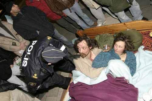 """瑞典一对无家可归的情侣为了抗议首都斯德哥尔摩房屋供应短缺,竟在市中心一个广场中央放了一张床,并且当众做爱。这一另类的抗议活动开始前,一群无家可归的人已经举行了持续一周的抗议活动,这一""""仪式""""可以说是这次抗议活动的高潮部分。警方说,这对示威者的标语牌上写着""""纵使是无家可归人士也渴望有性爱"""",而且他们还当众做起爱来,他们做爱时还有一条狗在床脚边。"""