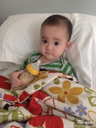 梁静茹晒儿子萌照手握奶瓶坐床上吃早餐(图)