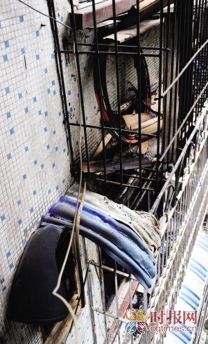 火灾现场,窗台上的遮雨棚和木材被烧