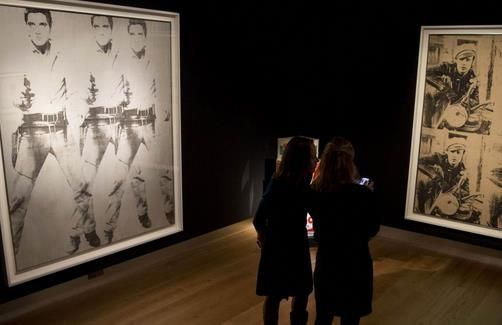 佳士得拍卖行提供的两幅安迪 沃霍尔画作,以高于预期的价格成交。