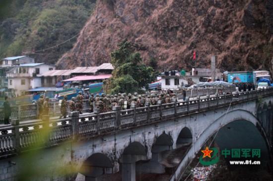 中尼友谊桥上,边检官兵协同尼泊尔武警共同处置企图闯关的